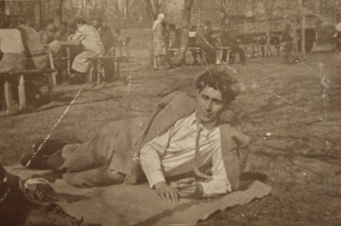 Căpitanul, într'unul din rarele momente de linişte… (Bucureşti, Aprilie, 1930)